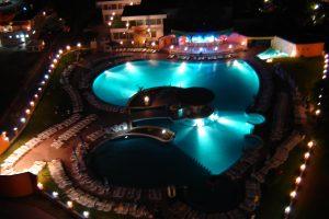 Бассейн отеля в ночной подсветке.