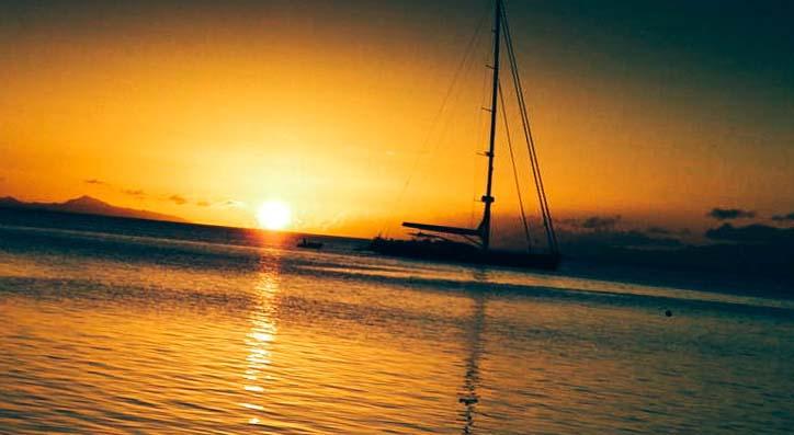 яхта по залез слънце