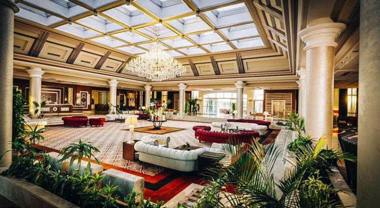 enorme hotel lobby