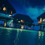 ночное фото домиков на воде
