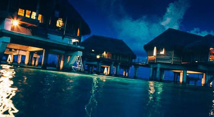 нощ снимка от къщите във водата