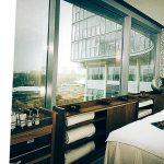 Bilik dengan tingkap-tingkap besar