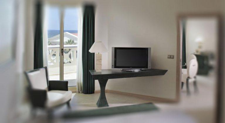 TV trong phòng khách sạn Las Arenas Balneario