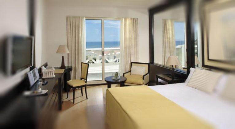 giường đôi trong phòng tại Las Arenas Balneario, Valencia