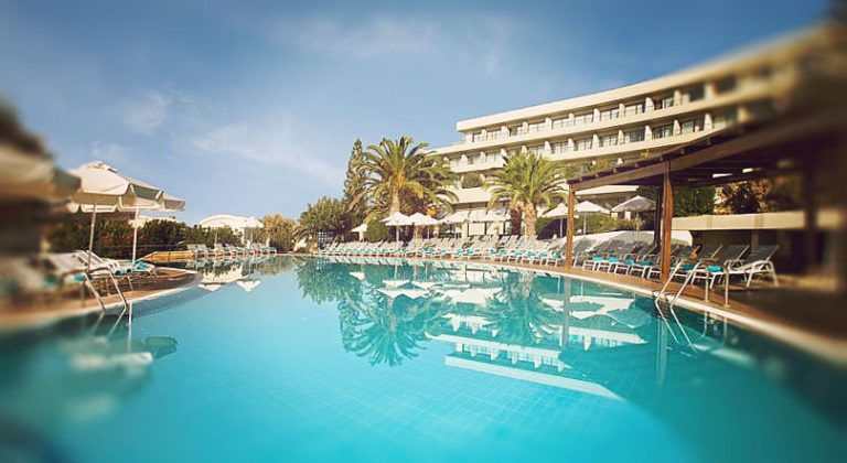 Piscine chic Agapi Beach Hotel
