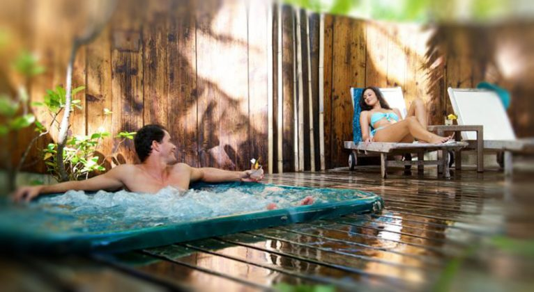 Jacuzzi en los bungalows de patio privado, Bora Bora Lagoon Resort