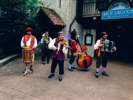 蓝泻湖餐厅附近的街头音乐家