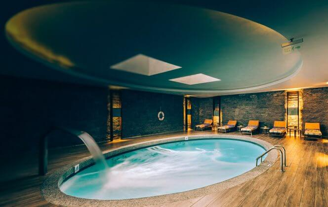 Ein kleines beheiztes Hallenbad Hotels Alva Donna Beach Resort Comfort 5*