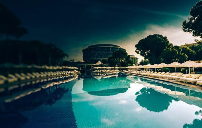 einen beheizten Außenpool vCalista Luxury Resort