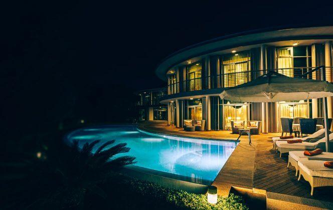Ein kleines beheiztes Schwimmbad im Hotel Calista