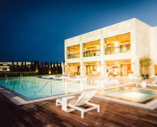 Ein beheizter Außenpool in oteleRegnum Carya Golf Resort & Spa 5